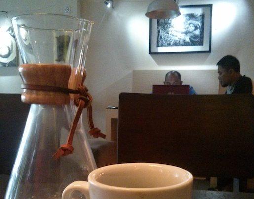 wisata kuliner di bogor - rumah kopi ranin; kopi diseduh dengan chemex